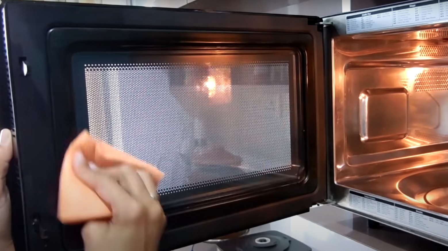 How is correct to maintain the microwave in order